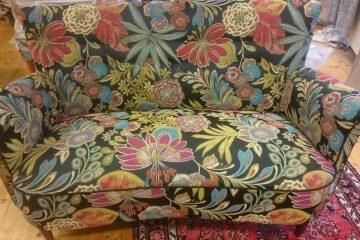 Nyklädd soffa i vårt tyg